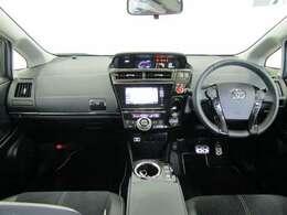 センターメータはフードが低く運転席からの視界が良く、助手席からもメーターの情報を見ることができます。操作ボタンやダイヤルが届きやすい位置に配備されており利便性も良く使いやすい運転席廻りです。
