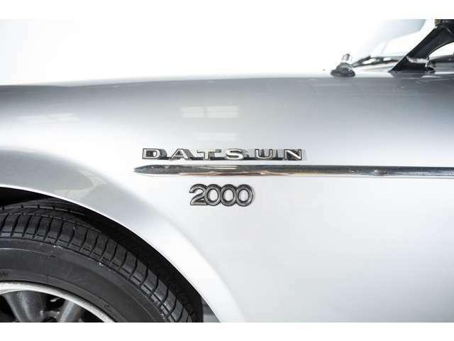 1967年にラインナップに加わったフェアレディ2000のエンブレム。国産では当時もっとも速い高性能車として注目されていました。