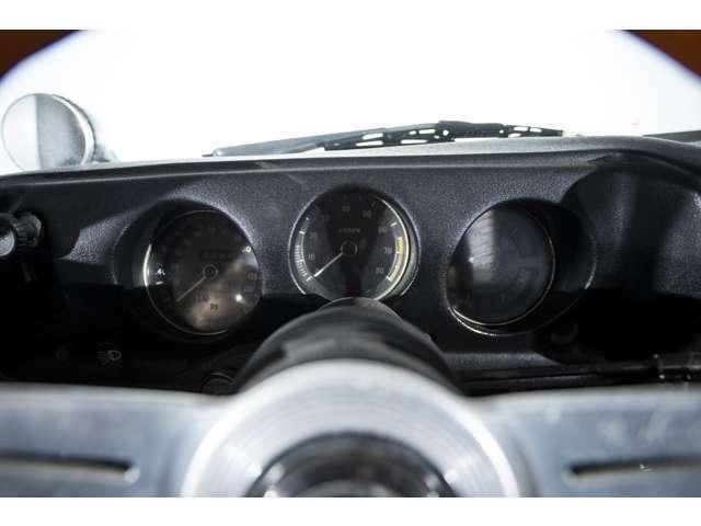 スポーティなメーター類はシンプルなスポーツカーならではの個性を表現すると共に視界性にも優れたのです。