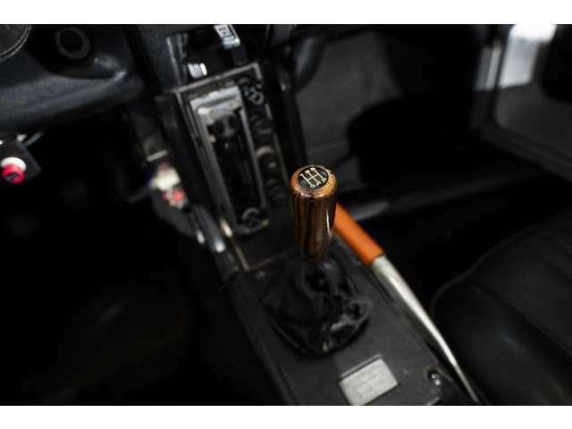 ポルシェタイプシンクロの5速ミッションは軽量ボディにエンジンを操る楽しさを与えてくれます。当時の技術の粋を味わえる特権はドライバーのみに与えられるものです。