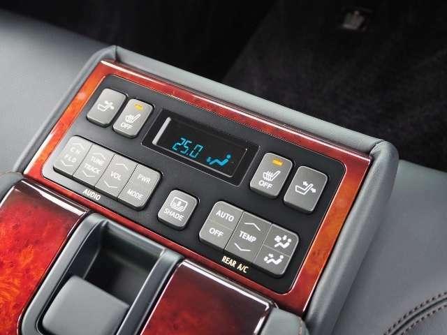 後席でも快適装備です! シートヒーター・電動リクライニング・オーディオ、エアコンの調整が出来ます。