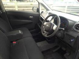 シートはベンチシートでひじ掛け付き。長距離運転にも十分対応できます。