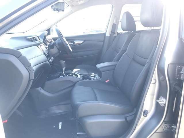 【運転席&助手席】シートは硬くなく座りやすい仕様です☆シート色が黒色なので汚れも目立ちにくいですよ(*'∀')