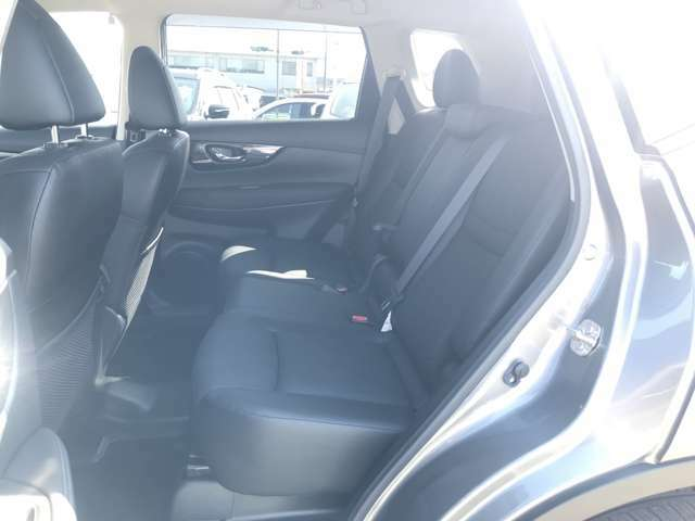 【後部座席】後席も広々としていますので同乗者の方もリラックスしてお乗りいただけますよ(*'▽')