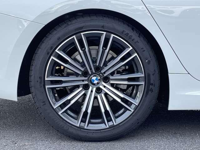 ランフラットタイヤを装備しているので、パンク時でも、タイヤがつぶれたり、リムから外れることなく、約80キロまでの走行で80キロ走り続けることができます。