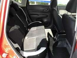 後席の膝回り空間は驚くほど余裕たっぷり。後席からの前方視界も広々としています。