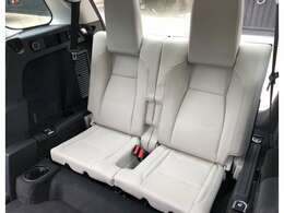 マニュアルサードシート(262,000円)「収納可能なサードシートです。6人以上乗車の際は写真のように、サードシートがセットできます。」