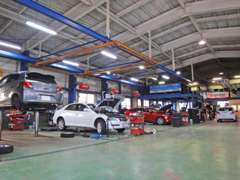 リフトを5基備えた自社工場は国に認められた認証工場です。お客様の愛車をしっかり点検します。お任せ下さい!