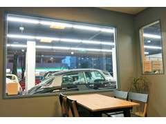 大きな窓がシンボルの接客スペース