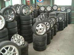 全車夏冬タイヤホイール付販売・オプションアルミも充実。