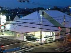 茱萸木南交差点の白い建物です