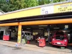 経験豊富なスタッフで大切なお車のメンテナンスも安心です!輸入車専門工場として35年、整備には特にこだわりがあります。