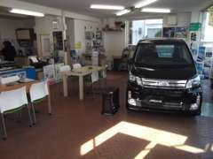 当社ショールームです。長崎で人気の軽自動車から箱バンまで幅広いラインナップ。注文販売もOKです!!