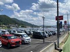展示車両は軽自動車とミニバンを中心に新車、未使用車、特選中古車も含め130台!お客様の欲しい車がきっとみつかりますよ♪