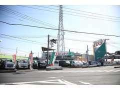 当社は産業道路(県道35号)近く坂下橋交差点にあります。写真の看板が目印です。是非お気軽にご来店ください!