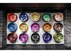 色とりどりのホイールを立てかけ、アズール自慢のコンセプトカーを展示し魅力ある空間になっております
