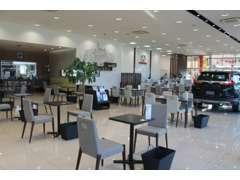 皆様が心地よく過ごせるよう、開放的なショールームに仕上がりました!キッズコーナーやブックコーナーもあります。