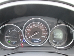 メーター部には、さまざまな情報を表示するMIDマルチインフォメーションディスプレイをメータースペスに装備。i-DM、瞬間燃費、走行可能距離、平均燃費、平均車速などの情報をひと目で確認できます。