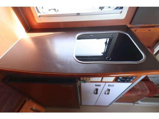 充実したキッチンスペース!ガラスフード付きシンク DC90L冷蔵庫 排水タンク
