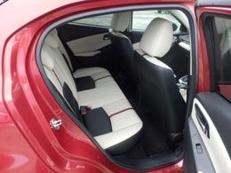 リヤシートには使い方に応じてスペースをアレンジできる6対4分割可倒シート。