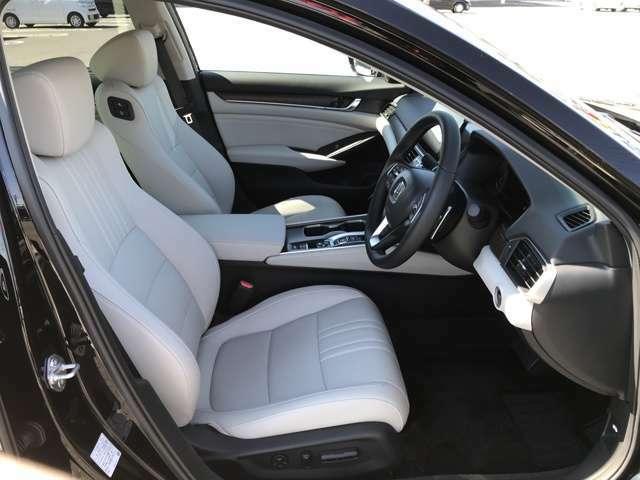 運転席・助手席共に電動シートとなっておりますので、簡単にシートをご自身に合わせた位置に動かすことができます。