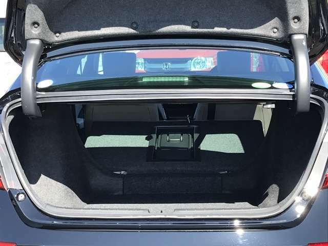 576Lの大容量トランクは後席を倒すことでさらに広がります!また、アームレストスルー機構によりドライブ中でも後席からトランクへアクセスすることができます。
