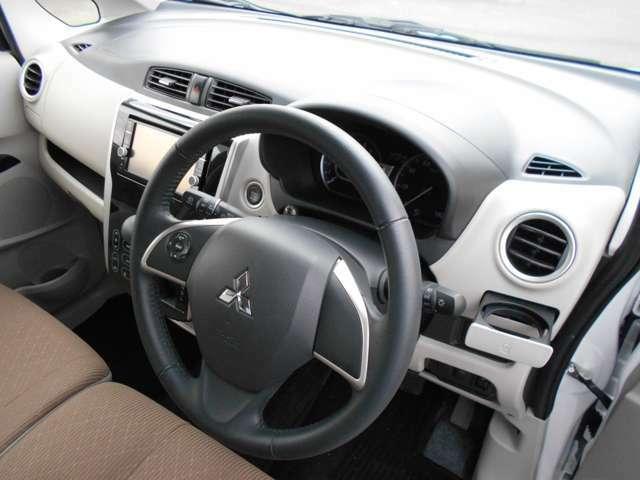 ドライバー専用のドリンクホルダー付きです。