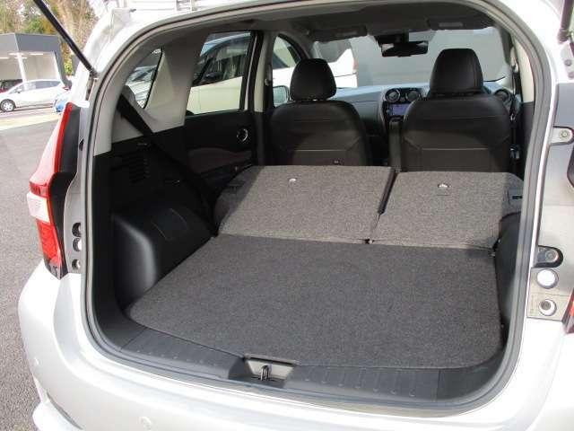 後席を全部倒すと大人2人が寝れるくらいのスペースができます。