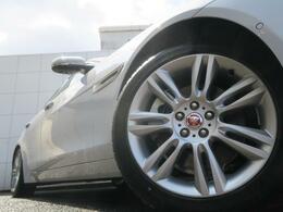 18インチ7ツインスポークアルミホイール。エクステリア全体にマッチするようにデザインされ、車体との一体感とスポーティな印象を感じられます。走行中も停車中も存在感を際立たせます!