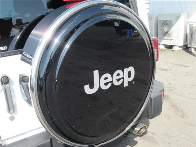 ハードタイプの背面タイヤカバー付き。