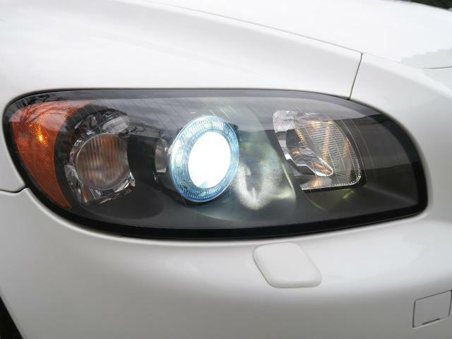 ◆プロジェクターバイキセノン『視認性に優れた青白い光軸が特徴のディスチャージドランプを搭載しています。ヘッドライトレンズの曇りや黄ばみも見られず、綺麗な状態を保って入庫しております。』