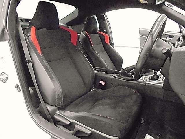 スポーツタイプのシートが、ドライビング中の身体をサポートしてくれます。