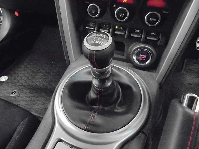 走りの6速マニュアル!!AT車では感じる事の出来ない運転の楽しさや車との一体感!!自分でギヤを選択する事でエンジンの性能を引き出し、加速や減速時にはダイレクトに答えてくれるのがMT車の醍醐味です♪