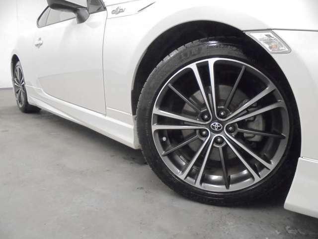 純正17インチAW装着!!タイヤサイズは、215/45R17になります。