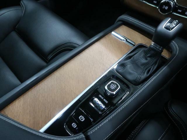 エンジンスタート・ストップはダイヤル方式を採用、ドライブモードの切り替えやオートホールド機能なども備えています。デザイン性・機能性を兼ね備えた新型VOLVOの魅力がすべて詰まった一台でございます!
