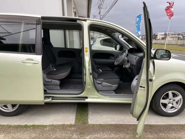 運転席側は手動スライド、半ドア防止のイージークローザーがついています。