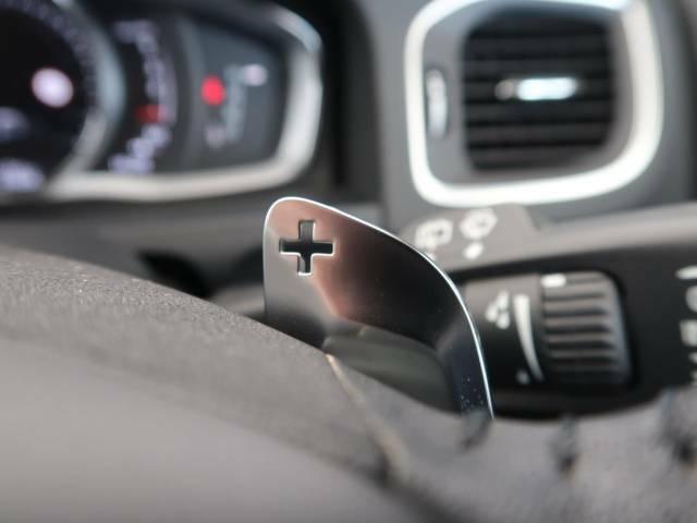 【パドルシフト】ハンドルから手を離さずに素早くシフトアップ&ダウンができるので、エンジンブレーキを使う下り坂や高速道路の合流で急加速したい時など、様々な場面で活躍します。