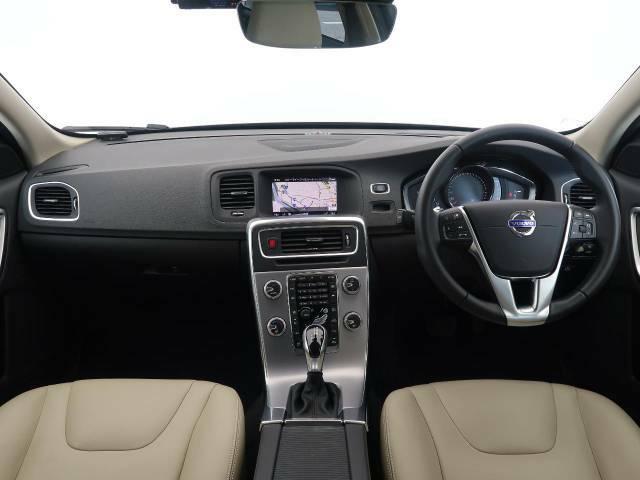 人気車種V60ディーゼルを認定中古車としてご紹介!ベージュの本革シートに加えて安全装置や快適機能を充実しているおすすめの一台になります!走行距離は2万キロとまだまだ長くお乗りいただけます♪