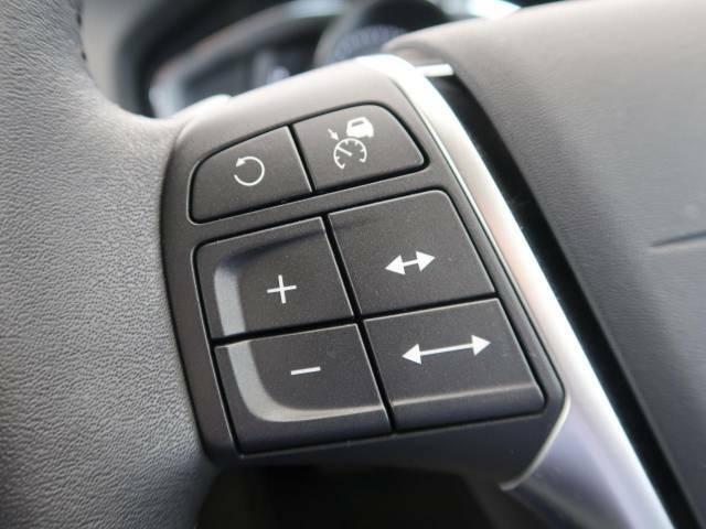 【アダプティブ・クルーズ・コントロール】衝突被害軽減システムと連携し走行速度を保つクルーズコントロールシステム。前方車両を感知して一定の車間距離を保つよう速度を調節します。高速運転も楽々!