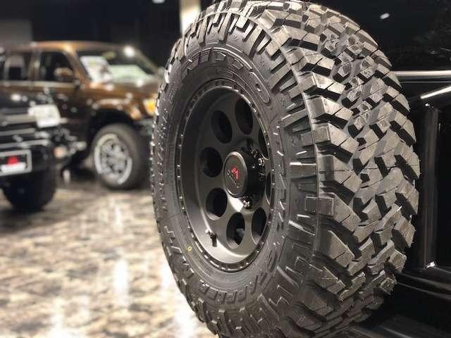 もちろん背面タイヤにも同じホイールとセットにてお取り付け致します!
