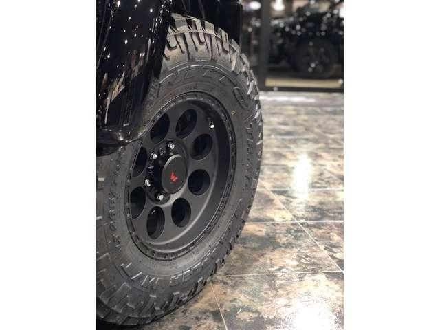 足元は当社オリジナル16インチAW「ASTRO(アストロ)」、タイヤはニットーさんのトレイルグラップラーを装着です!