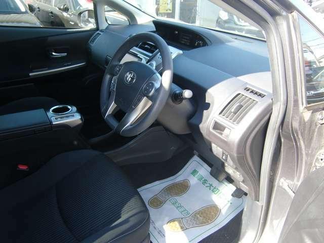 大きなセンターコンソール装備の快適フロントシート♪低燃費ハイブリッドのプリウスαで毎日のドライブをお楽しみ下さい♪お問合せは 072-460-0200 までお電話下さい♪