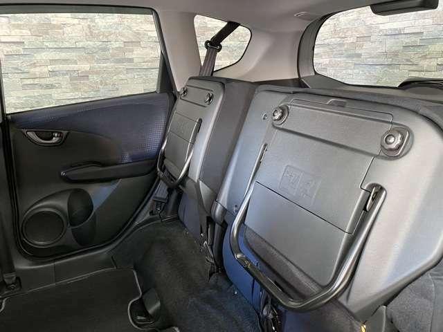 後部座席を上げる事で背の高い荷物を積む事もできます。