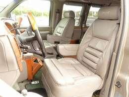 運転席、助手席シートは電動にて調整可能なパワーシートに専用レザーシート装備。全国でも希少価値の高い1ナンバー取得済車両となり、特注ベットキットで綺麗にカスタムが施されております