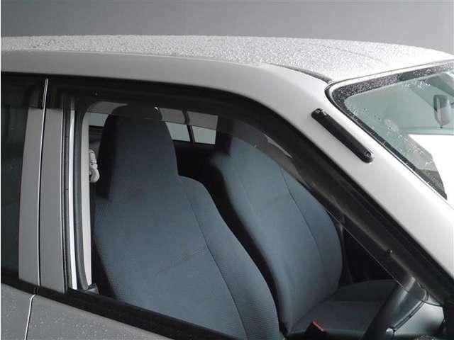 【ドアバイザー】雨の日便利なサイドバイザーです。雨や雪の日でも窓を2~3cm程度開けて換気することができます。 エアコンで温度調節するほどでもないけど、ちょっと車内が暑いというときにも便利です。
