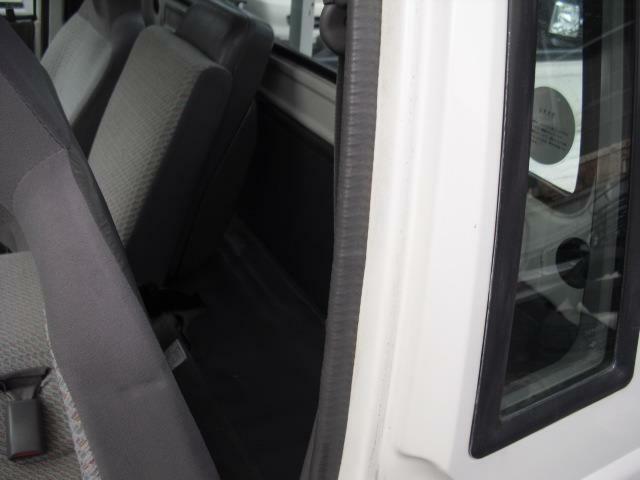 ドア後部にクウォーターウインドウを設置しており座席後部には物置スペースを設けております
