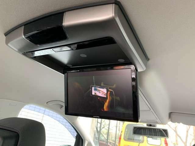 後部座席には大きなフリップダウンモニターが付いており、ロングドライブも快適にお過ごし頂けます。