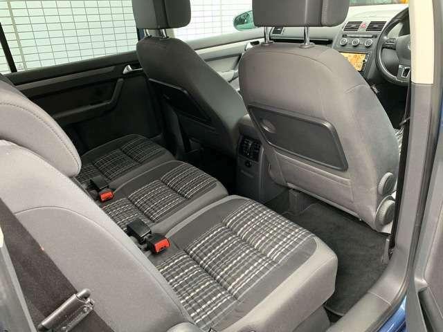 後部座席は前後スライドが可能なほか、多少のリクライニングもできます。