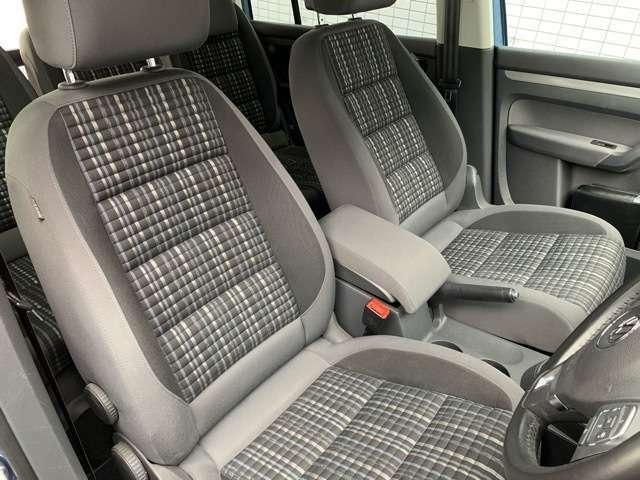 クロストゥーランには専用デザインのシートが使われています。