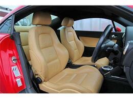 明るい色のレザーシートは車内の雰囲気も明るくしてくれます☆